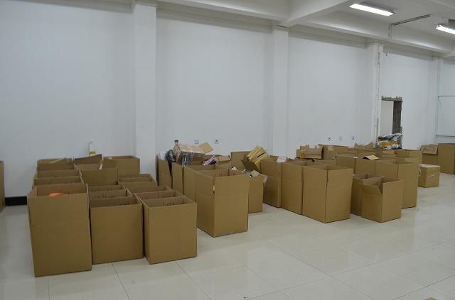 お客さん別に箱を並べて商品到着待ち